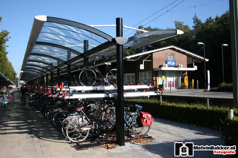Parking przy dworcu (na drugim planie) w miejscowości Nunspeet. Źródło: www.melvinbakker.nl